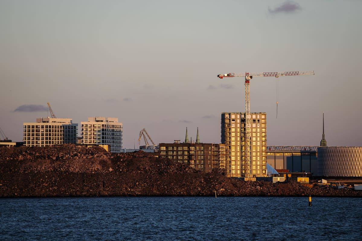 Auringonlaskun aikaan Lauttasaaresta kuvattu Helsingin siluetti joulukuussa 2020.
