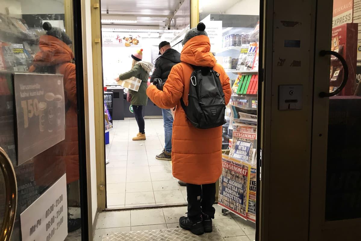 Ihmisiä jonottamassa Rovaniemellä Pohjolankadun R-kioskilla.