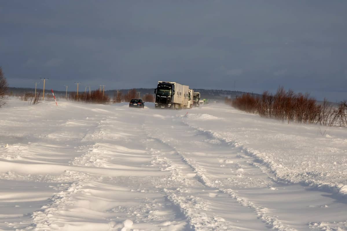 Rekka jumissa Kilpisjärventiellä lumituiskun vuoksi.