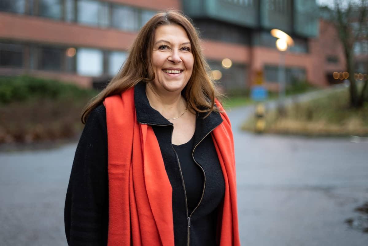 Helsingin yliopiston kaupunkimaantieteen professori Mari Vaattovaara seisoo Otaniemessä Aalto yliopiston pihalla
