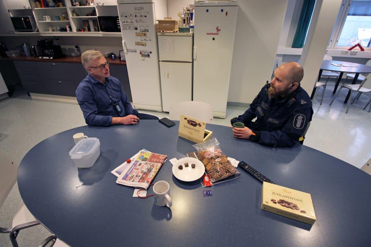 Sisä-Suomen poliisilaitoksen rikosylikonstaapeli Pasi Lönn ja ylikonstaapeli Esa-Pekka Pöllänen poliisilaitoksen taukohuoneessa tapaninpäivänä 2020.