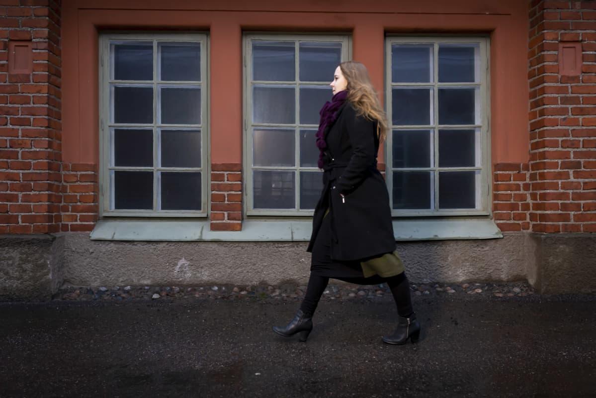Petra Rautiainen Vanhankaupunginkosken rannassa.