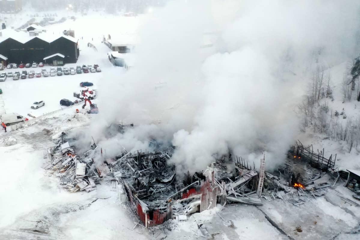 Levillä tulipalossa tuhoutunut huoltohalli ilmakuvassa.