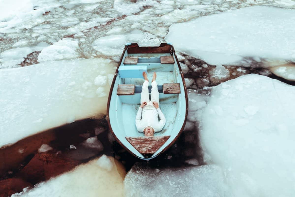 Svante on veneessä jäiden keskellä