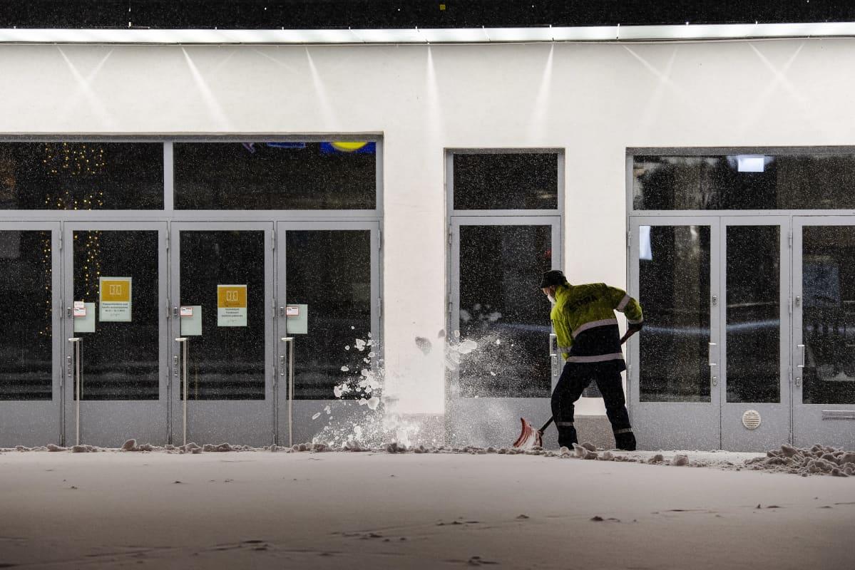 Katukunnosspidon työntekijä Tomi Kuusimäki työskentelee.