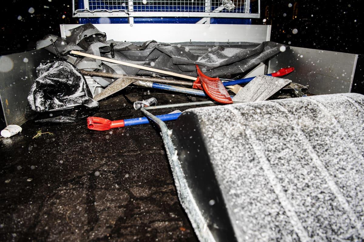Lumenpoistovälineitä auton lavalla.