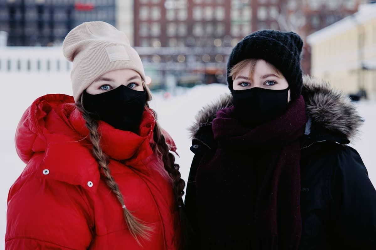 Kuvassa Mikaela Lindberg ja hänen vieressään Anni Laiho.