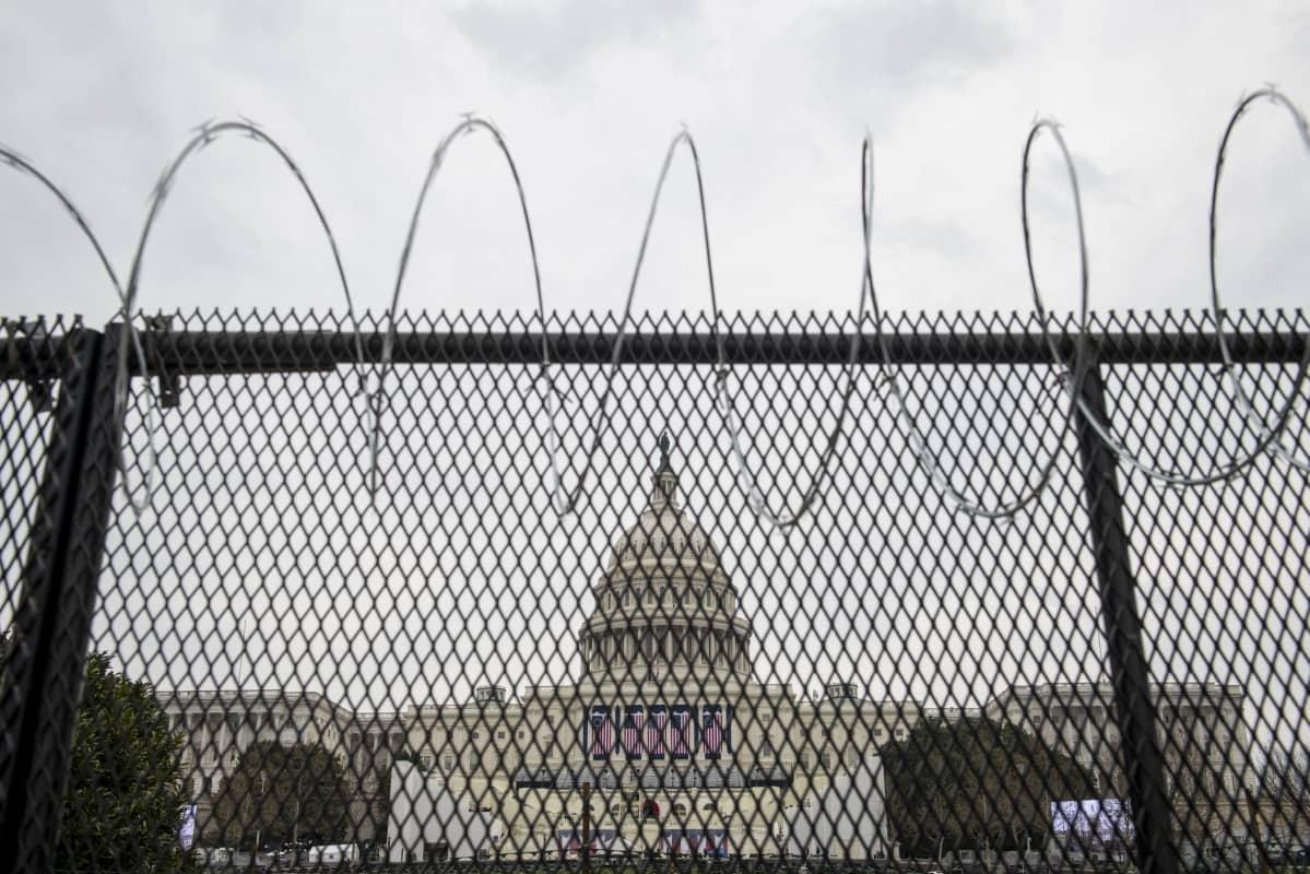 Washingtonissa Joe Bidenin virkaanastujaisia varten on pystytetty barrikadeja ja piikkiaitaa.