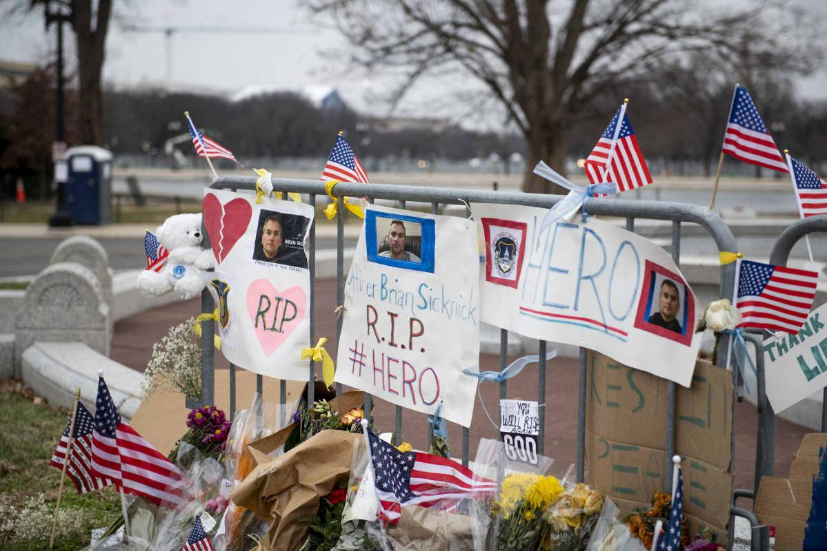 Loppiaisen kongressihyökkäyksessä menehtyneen poliisin muistoksi on pystytetty muistoaita Washingtonissa.