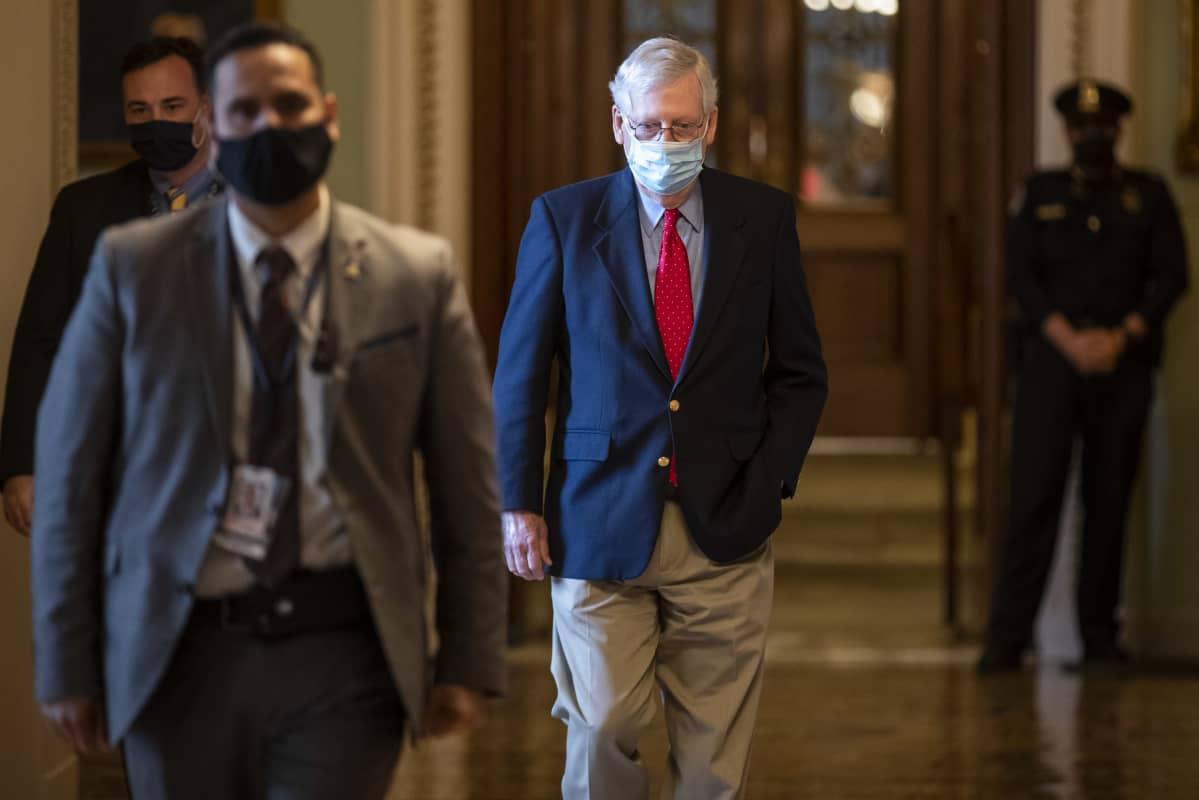 Senaatin republikaanijohtaja halusi kahden viikon valmistautumislykkäyksen virkarikosoikeudenkäyntiin. McConnell kuvattiin kongressissa 22. tammikuuta 2021.