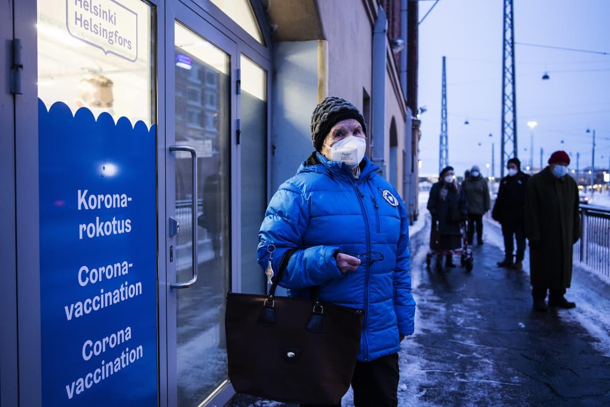 Ensimmäisten joukossa rokotuspaikalla oli Tuovi Rajahuhta, 88.