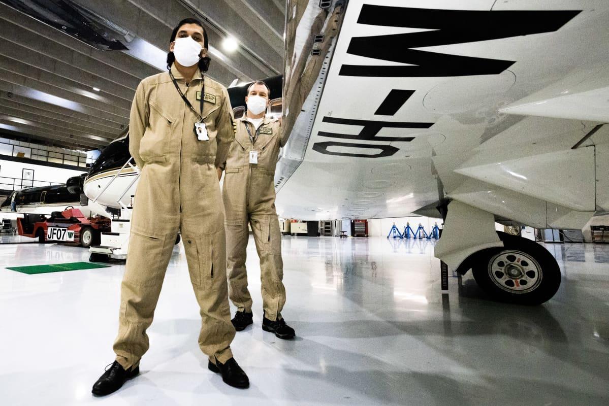 etfliten Challenger 604 -ambulanssikoneen pilotti Nipun Bhaskar etuallalla ja kapteeni Antti Saarinen.