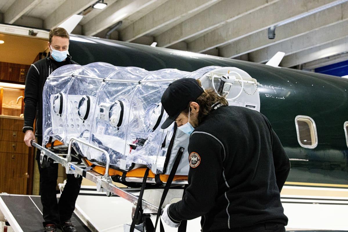 Eristysyksikköä siirretään Jetfliten Challenger 604 -ambulanssikoneeseen.