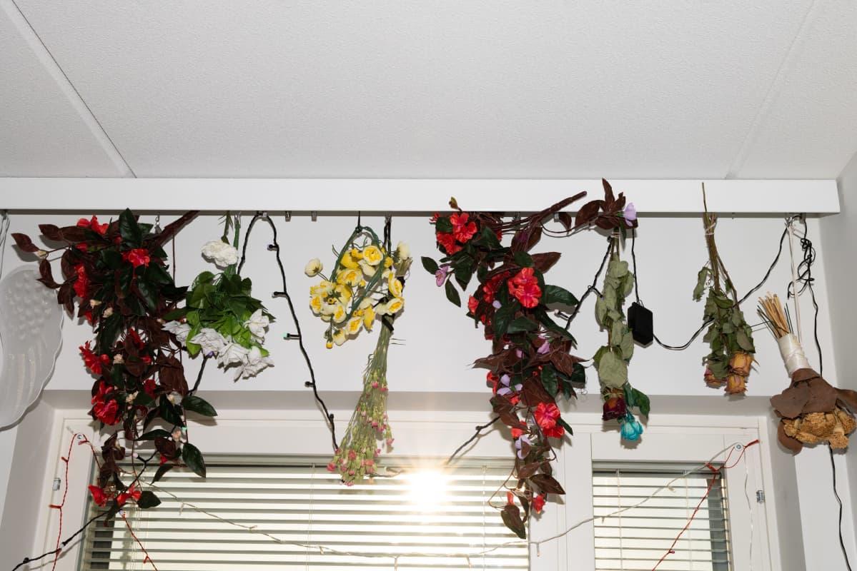 Saara-Maria Karlström-Rantalan kukat seinällä