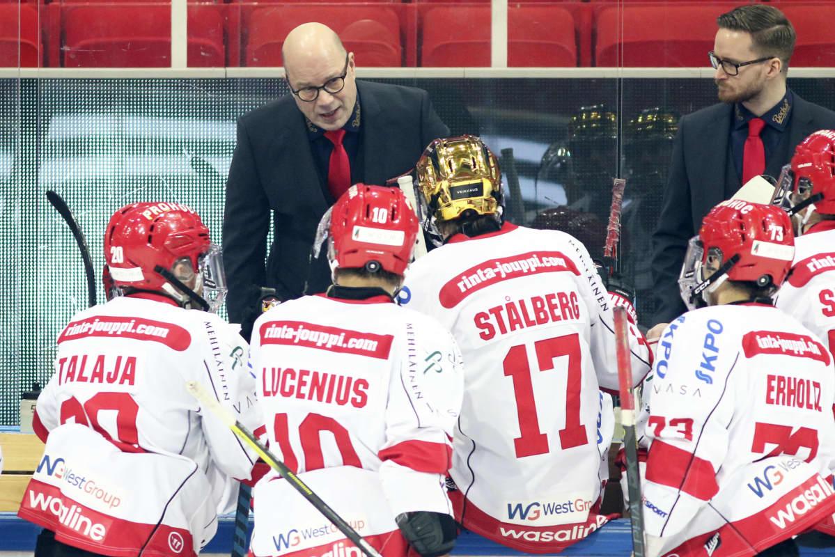Risto Dufva ohjeistaa pelaajia.