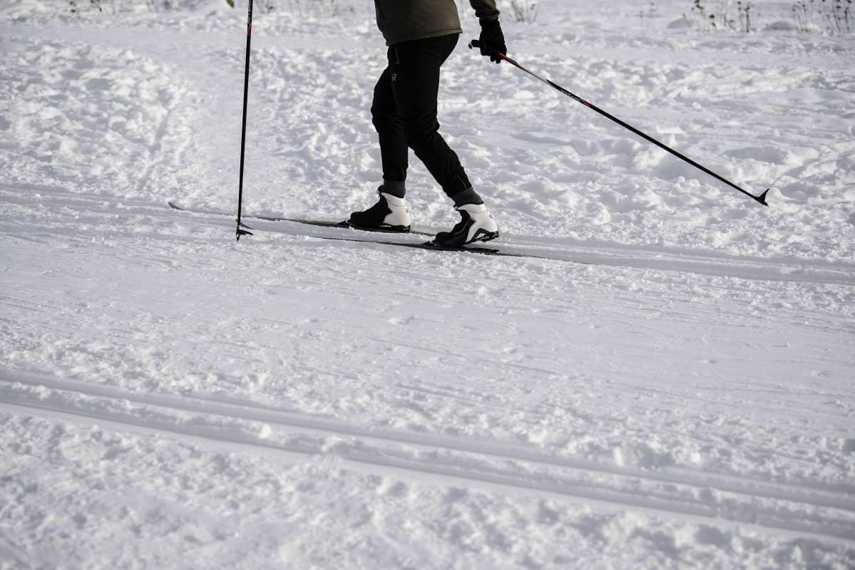 Helsingin Toukolan rantapuistossa hiihdeltiin joukolla helmikuun 2021 alussa.