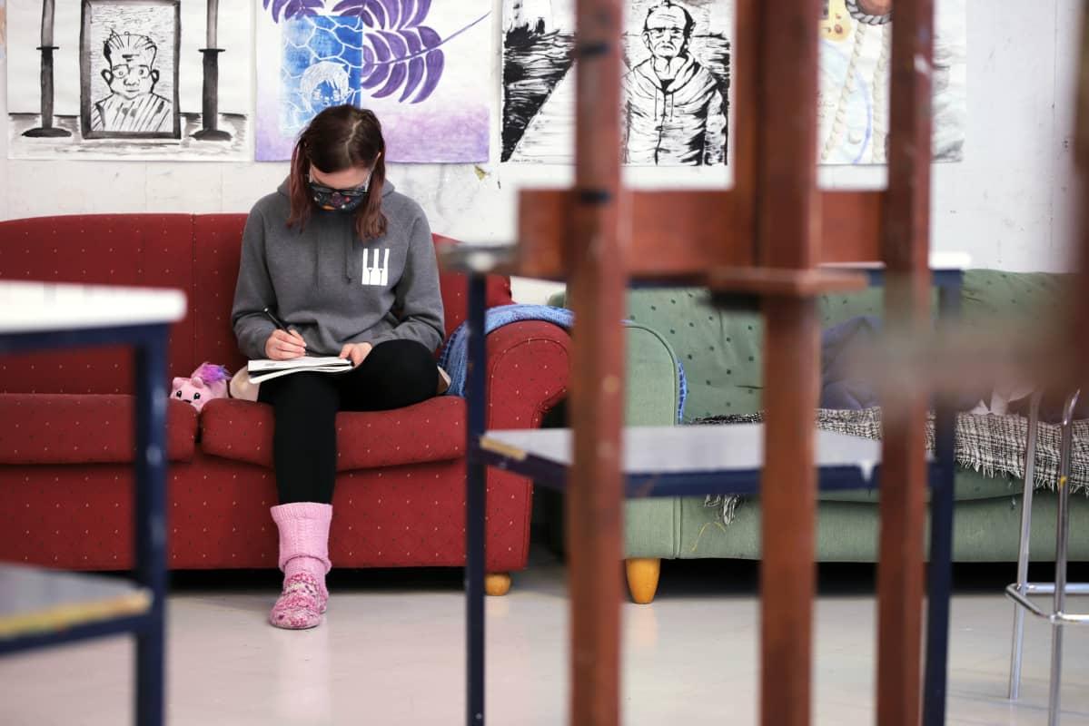 Abiturientti Mira Jumppanen piirtää Savonlinnan Taidelukion ateljeessa.