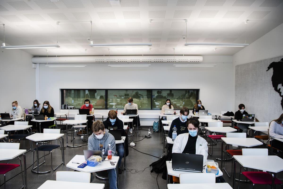 Kulosaaren yhteiskoulun abit tekivät preliminäärikoetta 19. helmikuuta.