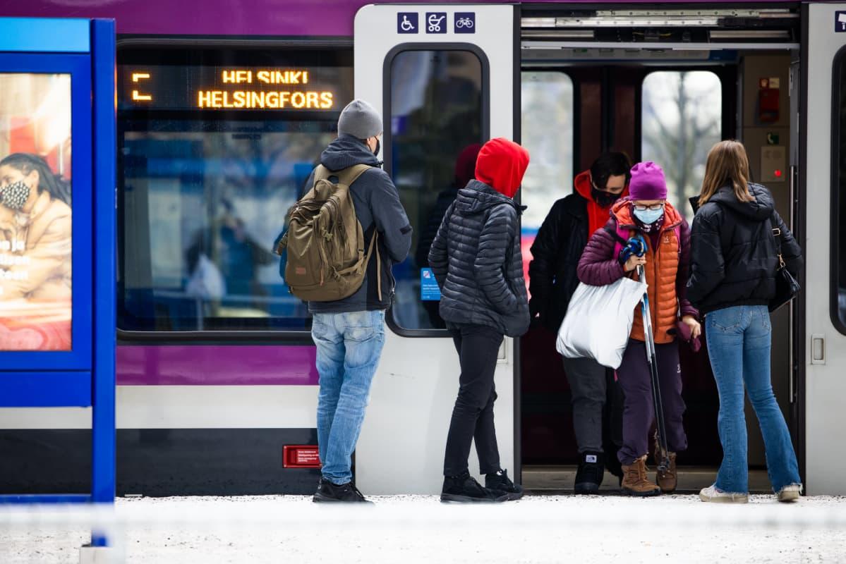 Ihmisiä juna-asemalla Espoon keskuksessa.