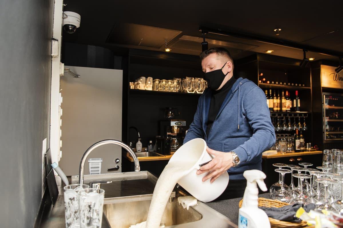 Ravintolapäällikkö Esa Kvist tyhjensi Hemingway's-ravintolan alkoholihanat eli valutti tankit tyhjiksi 26. helmikuuta.