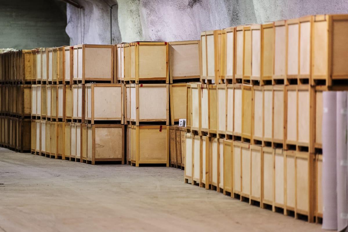 Helsingin kaupungin varastossa maan alla säilytetään arviolta 300 vaaliuurnaa.