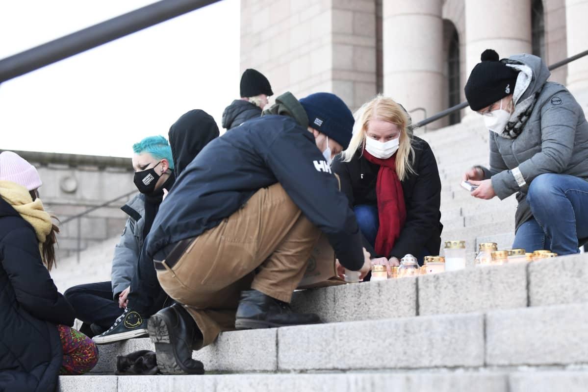 Koskelan surman muistotilaisuus eduskuntatalon portailla.