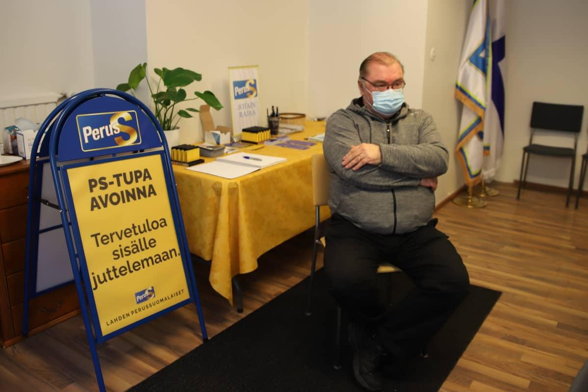 Lahden perussuomalaisten puheenjohtaja Vesa Salminen kampanjatoimistossa