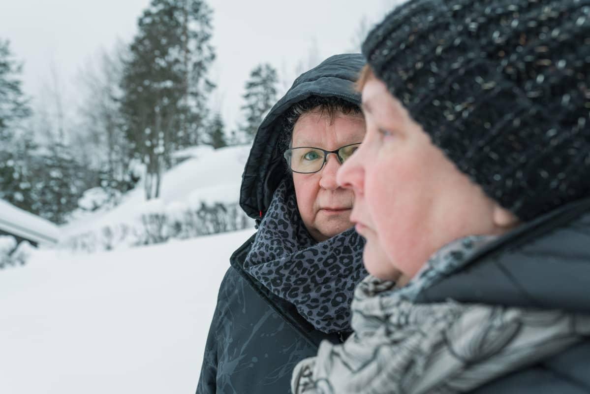 Oivi Mensonen ja Aira Tiitinen seisovat lumisessa maisemassa