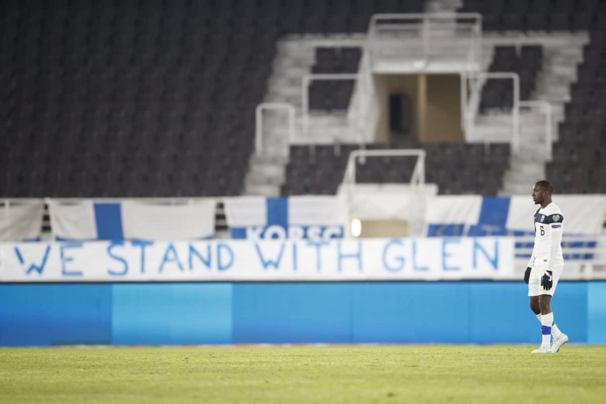 Glen Kamara We stand with Glen -lakanan edessä MM-karsinnoissa 24.3.2021.