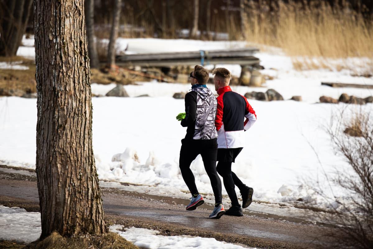 Kaksi henkilöä lenkillä.