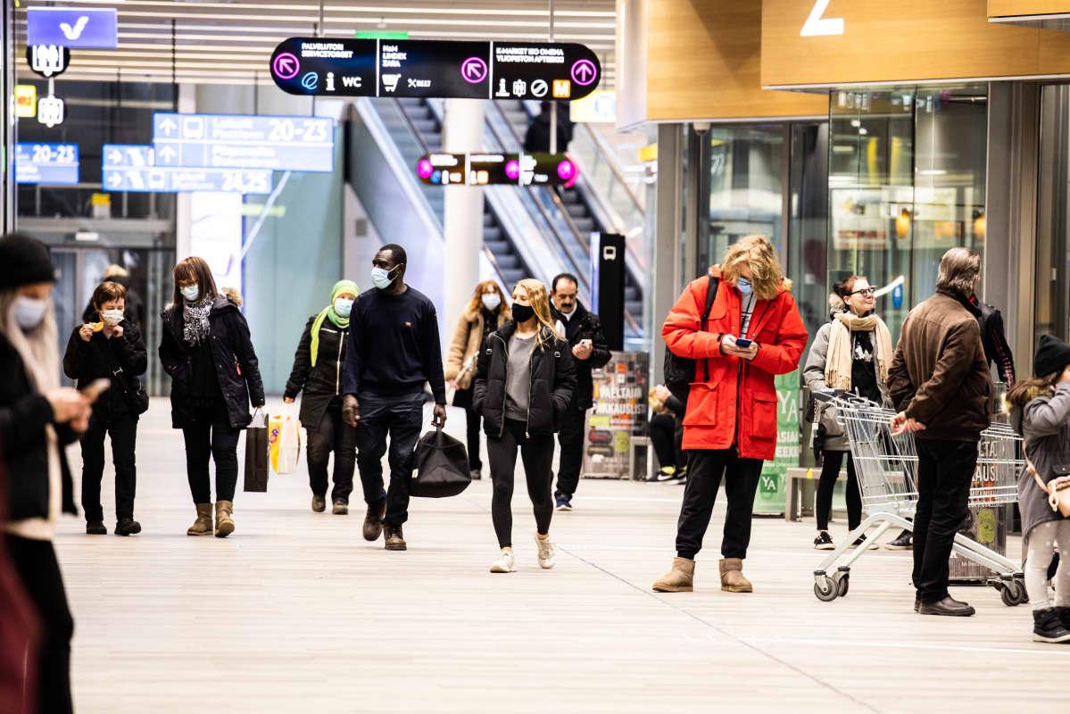 Ihmisiä odottaa bussia Matinkylän metroaseman bussiterminaalissa.