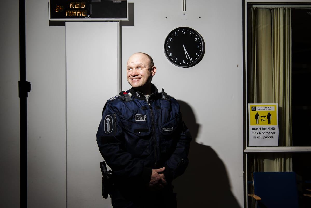 Komisario Hannu Väänänen virnuilee työkaverilleen maaliskuussa 2021.