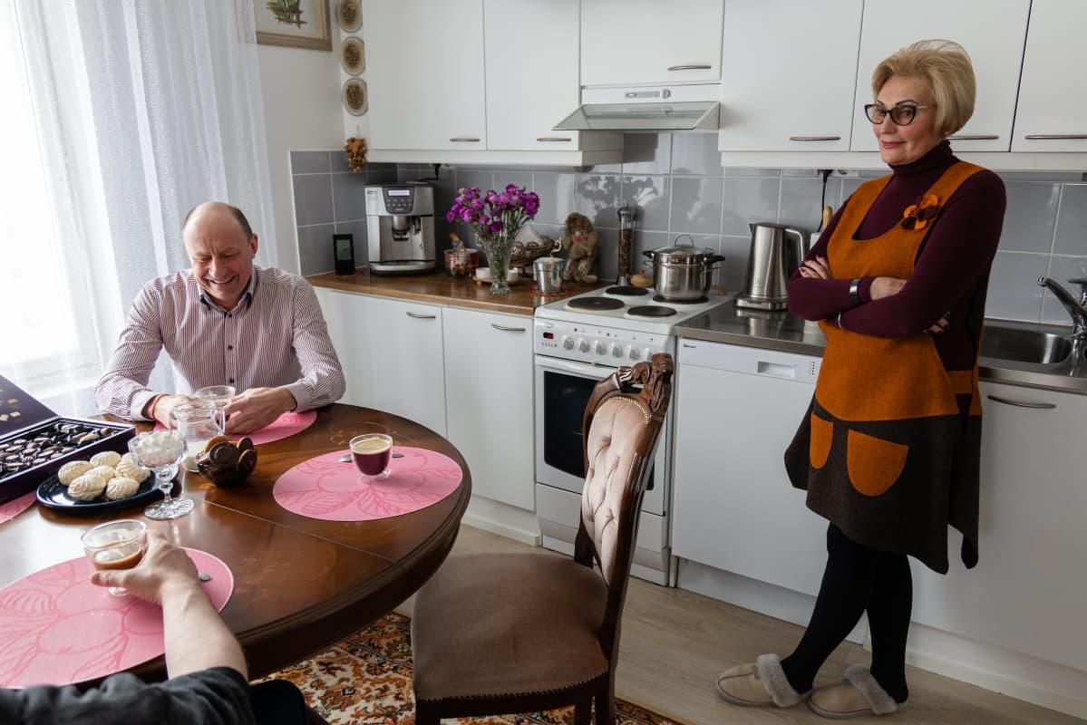 Venäläiset Juri Gippoev ja Raisa Moukha kotonaan Kotkassa.