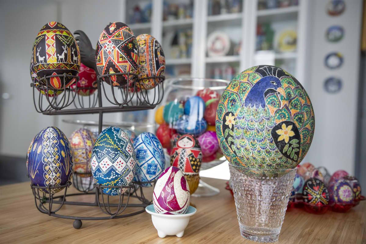 Monen kokoisia Hanna Linnun maalaamia värikkäitä munia.