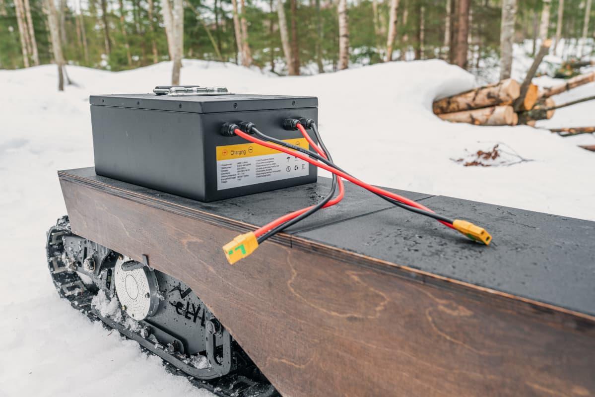 Sähkölumiskootteri E-lyly kulkee akun voimalla.