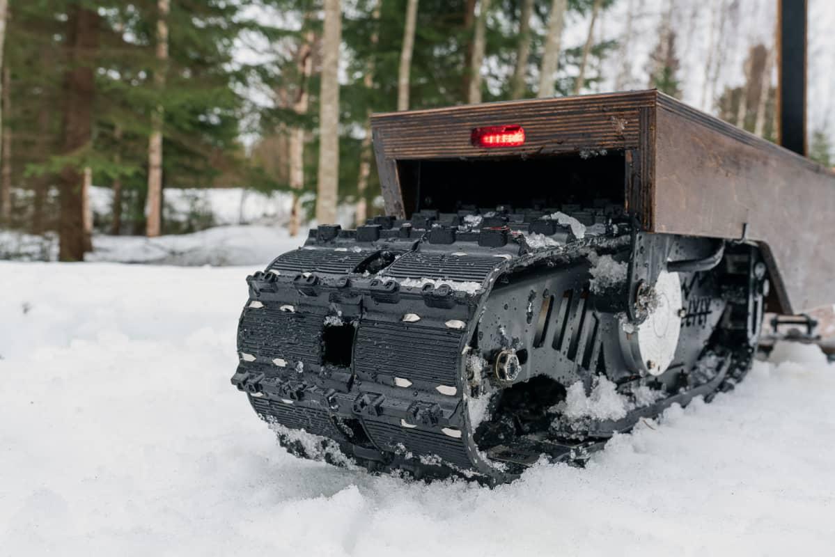 Sähkölumiskootteri e-lyly kulkee lumella telan ja suksen avulla.