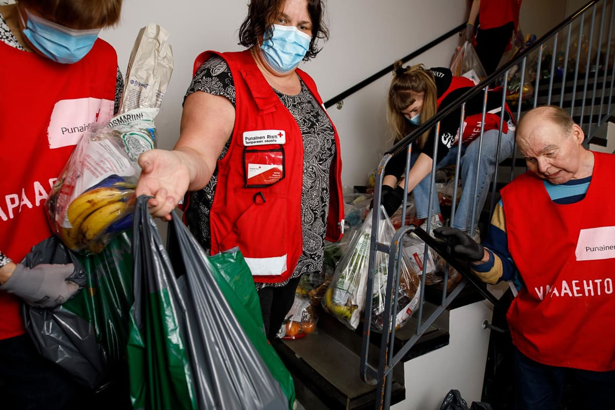 Punaisen Ristin vapaaehtoiset järjestävät ruokakasseja.