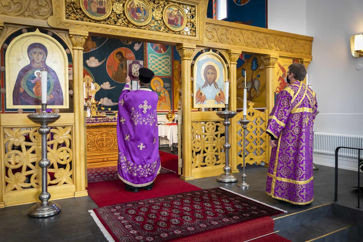 Ortodoksinen jumalanpalvelus Pyhän ylienkeli Mikaelin kirkossa pääsiäisenä.