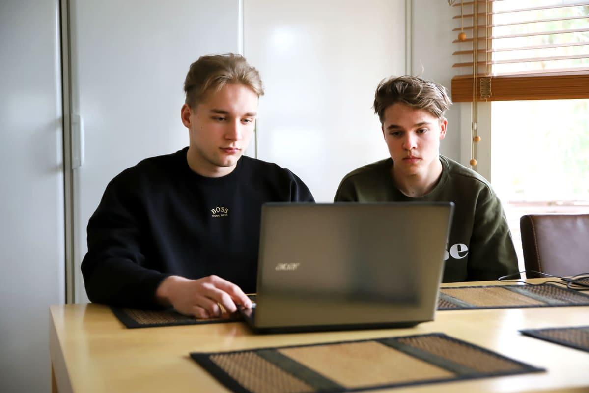 Maskun Hemmingin koulun 9. luokkalaiset Mico Laaksonen (vas.) ja Joonatan Martelius hakivat toisen asteen yhteishaussa keväällä 2021.