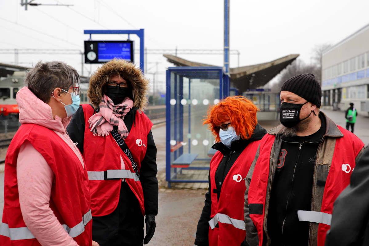 JHL:n punaisiin liiveihin pukeutuneita lakkovahteja konduktöörien mielenilmauksessa Kouvolassa
