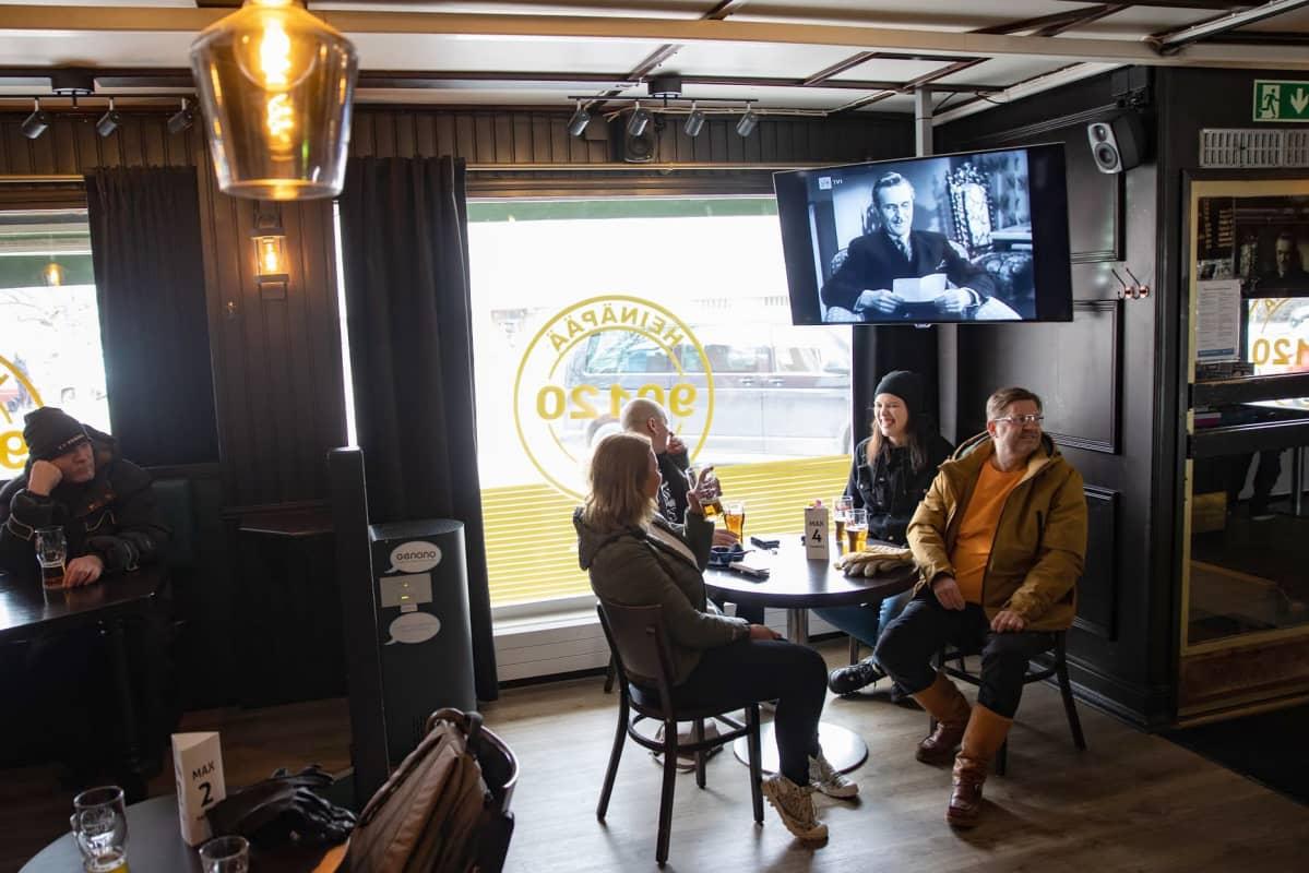 Neljä ihmistä istuu pöydässä hämyisässä ravintolassa Oulun Heinäpäässä.