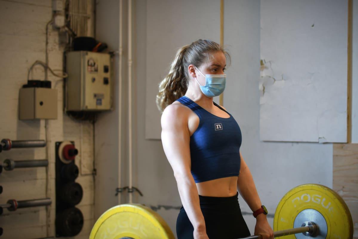 Ida Hulkko tränar på gym i Tammerfors.