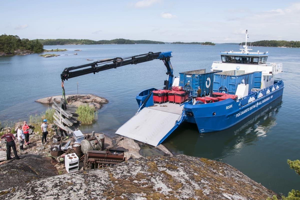 PSS ry:n huoltoalus m/s Roope kerää metalliromua saaristossa.