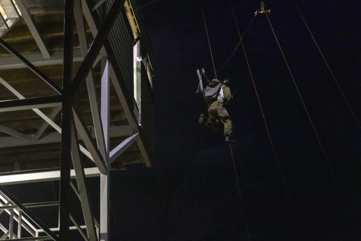 Rohkeushyppy 13 metrin korkeudesta hyppykoulutustornista.