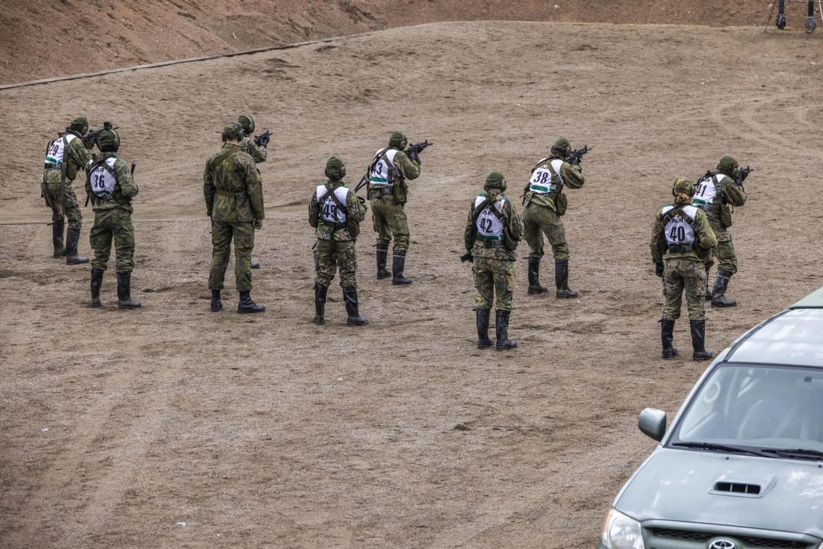 Naiset ampumaradalla erikoisjoukkojen valintokokeessa.