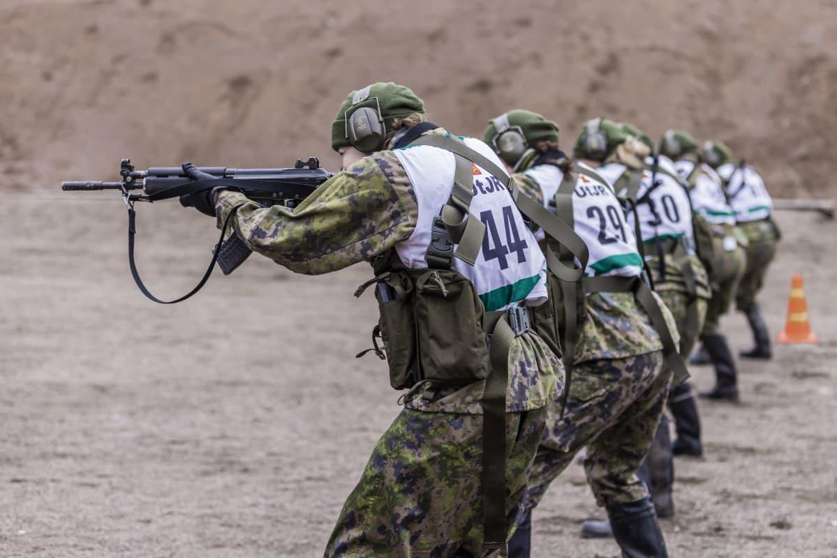 Naiset ampuvat erikoisjoukkojen valintokokeessa