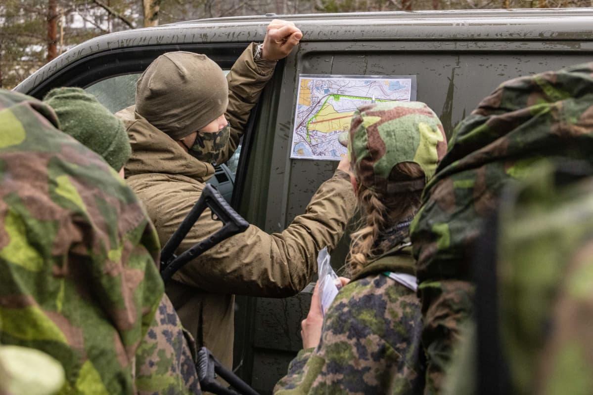 Erikoisjoukkojen valintatilaisuudessa tutkitaan karttaa.