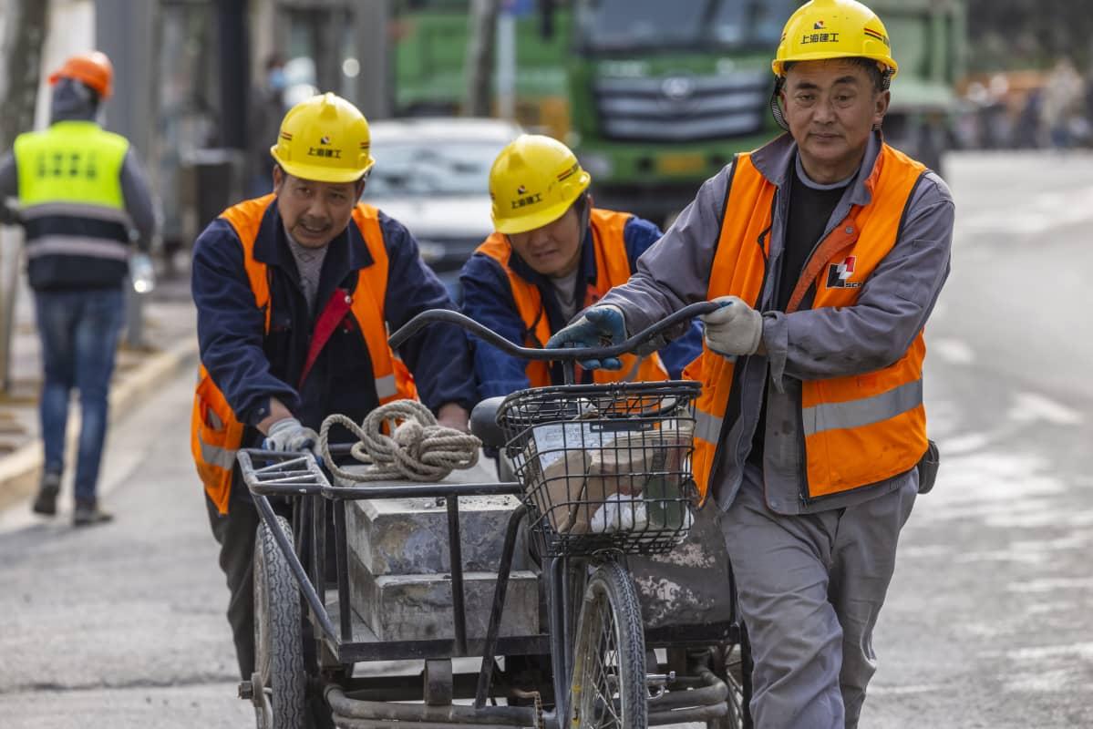 Rakennustyömiehiä Shanghaissa torstaina.