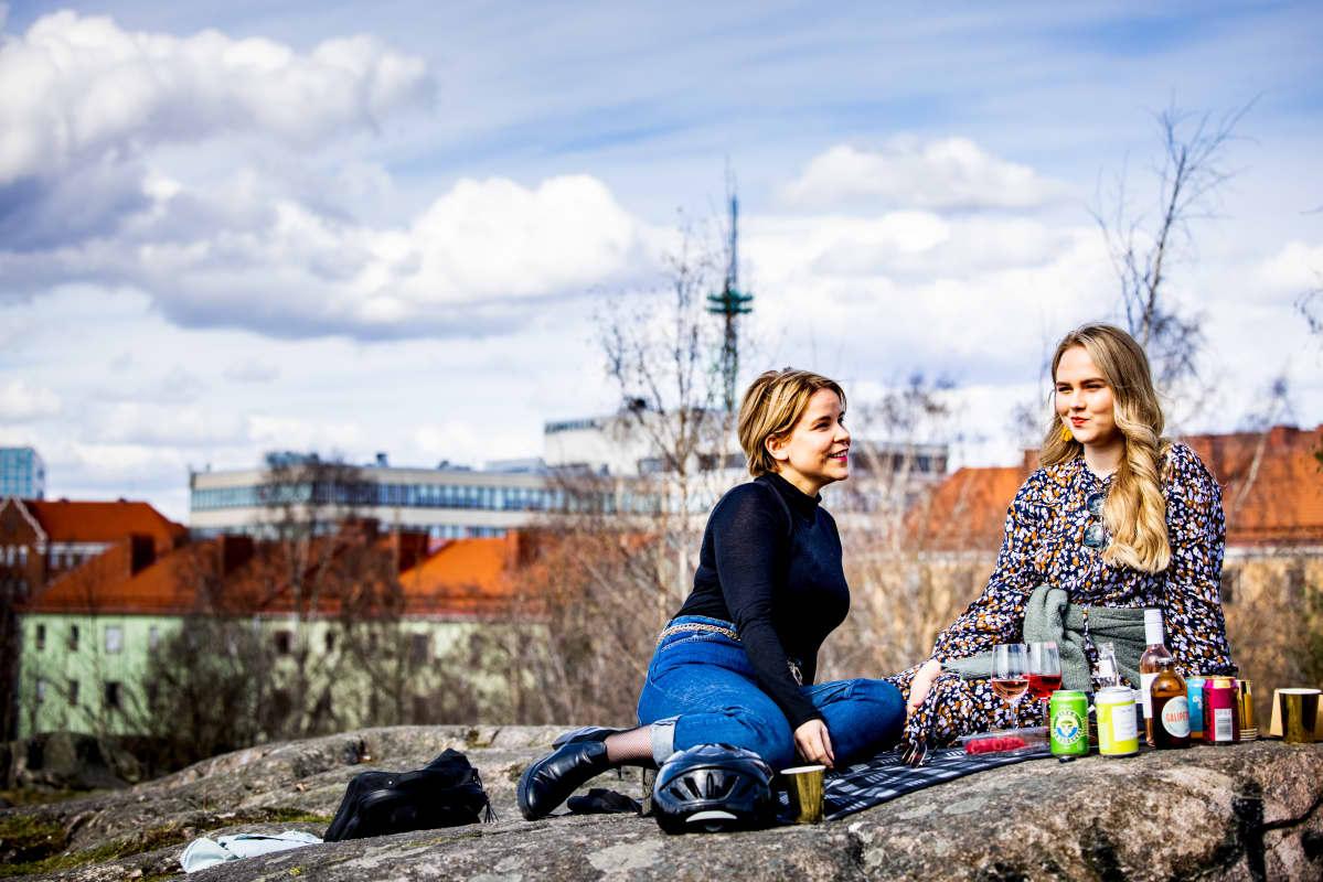 Katri Ylinen ja Laura Wathén piknikillä alkoholittomia juomia maistellen.