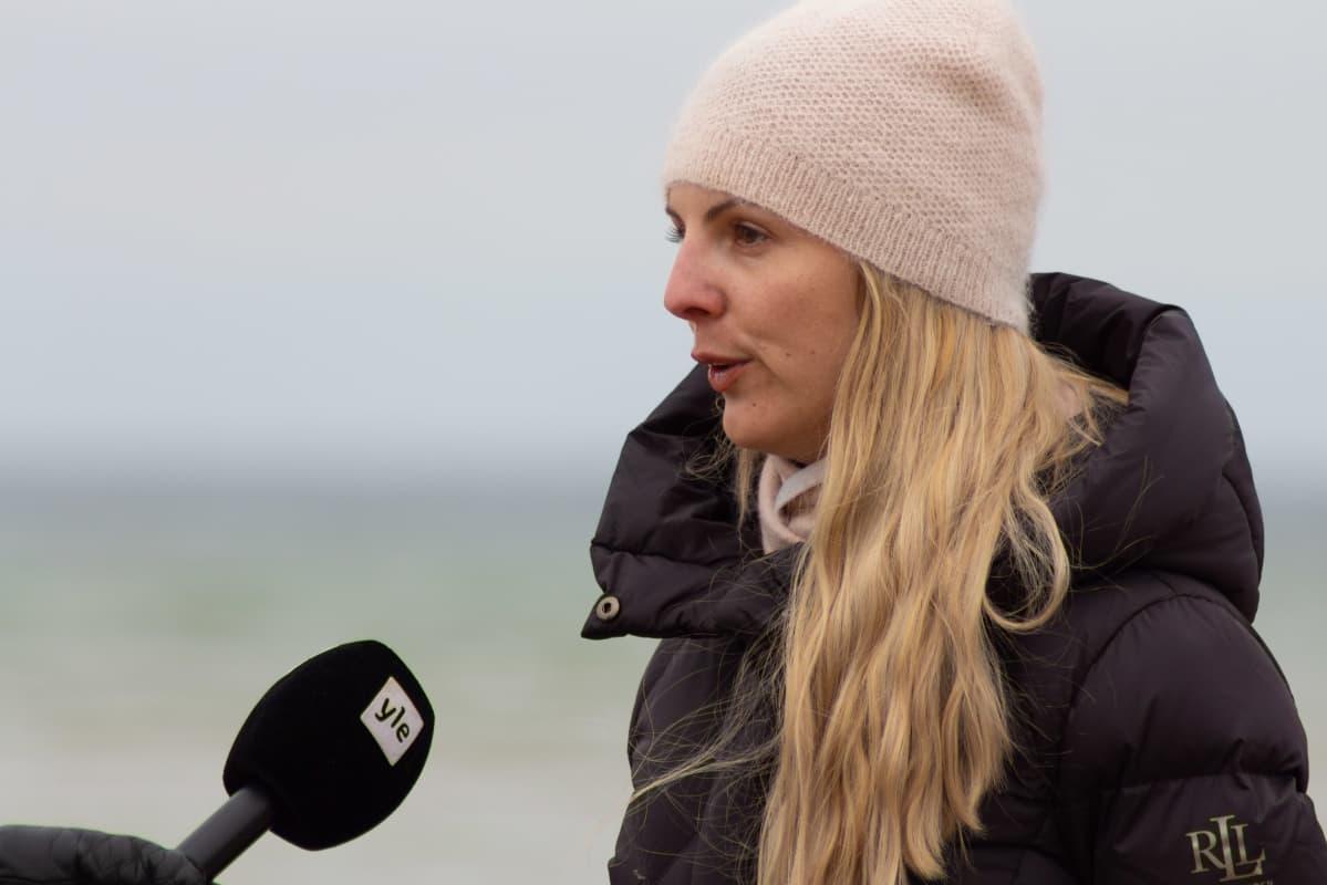 Kansalaisaktivisti Annika Moisescot antaa haastattelua Ylelle.